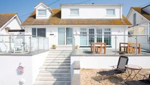Spacious luxury beachside holiday homes for groups of 10 guests