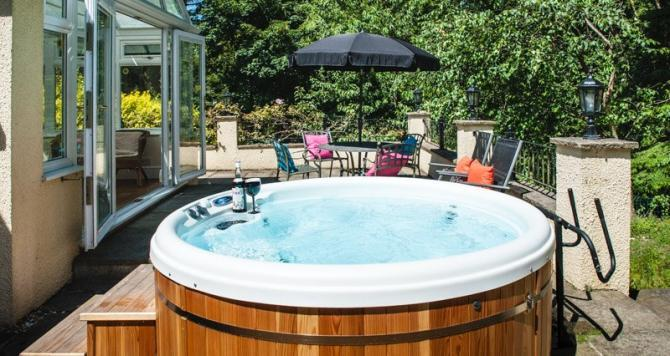 Acorns Garden Apartment with Private Hot Tub near Axminster