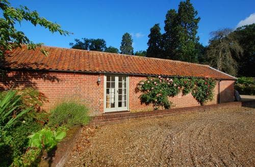 Last Minute Cottages - Inviting Melton Constable Rental S9757