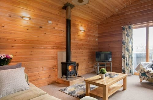 Last Minute Cottages - Otter Lodge with Hot Tub
