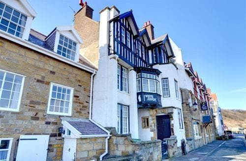 Last Minute Cottages - Exquisite Sandsend Nr Whitby Apartment S10821