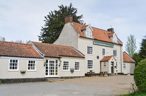 Last Minute Cottages - Saskia's (Wheatacre White Lion)