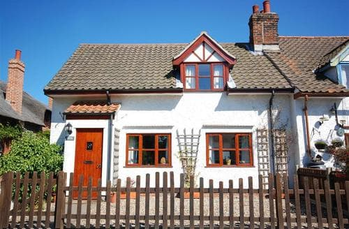 Last Minute Cottages - Quaint Hickling Rental S11782