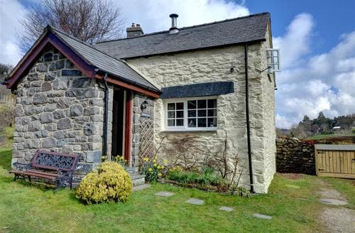 Last Minute Cottages - Pentre Bach