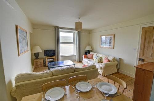 Last Minute Cottages - Cosy Barmouth Apartment S11413