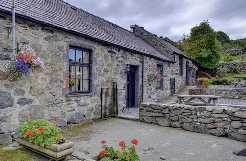Last Minute Cottages - Ty Sioned