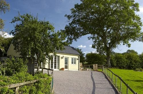 Last Minute Cottages - Luxury Pandy Cottage S40208