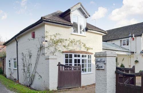 Last Minute Cottages - Beautiful All Surrey Cottage S74667