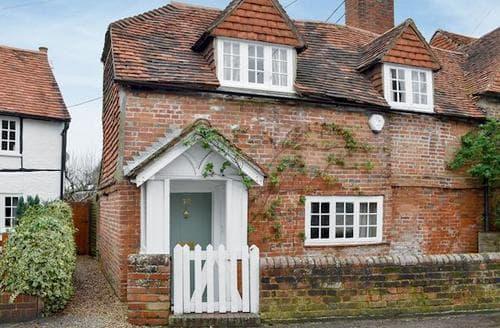 Last Minute Cottages - Cosy Alton Cottage S76938