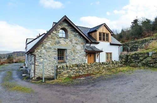Last Minute Cottages - 2 Fron Oleu