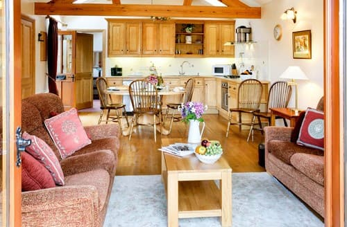 Last Minute Cottages - Lovely Knightcote Barn S77303