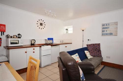 Last Minute Cottages - Wonderful Perranporth Central Apartment S83555