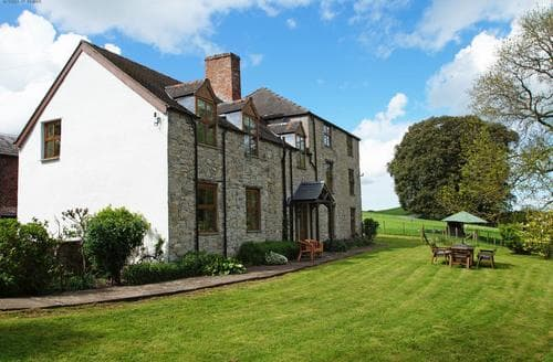 Last Minute Cottages - Maes Mared