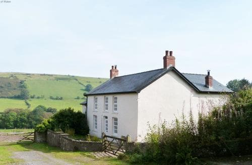 Last Minute Cottages - Onnen Fawr Farmhouse
