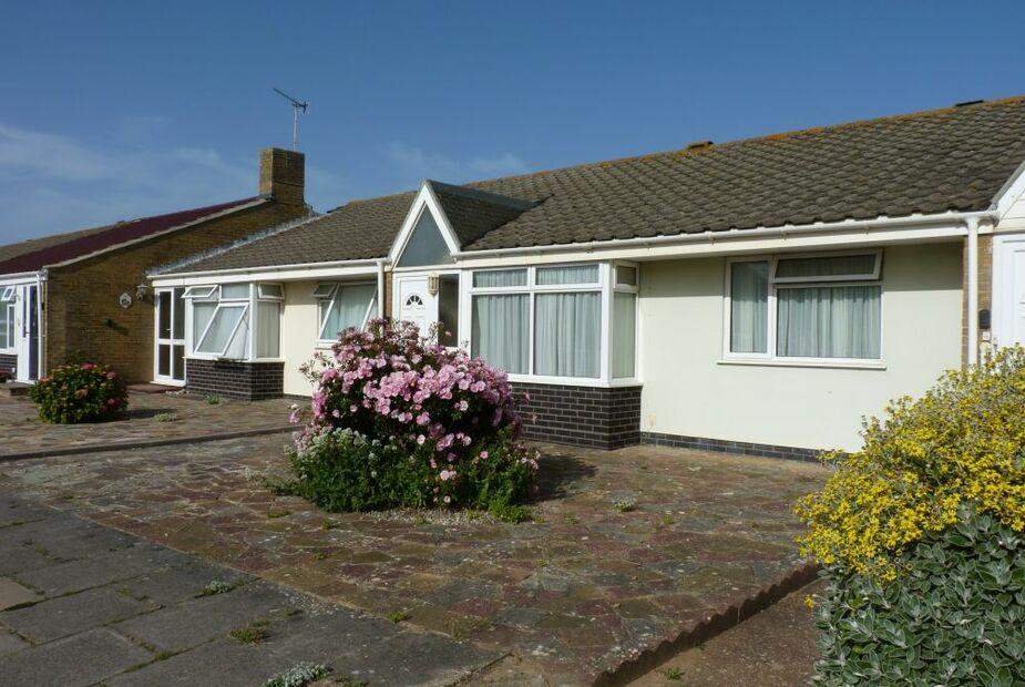 Sea-breeze: a lovely holiday bungalow, minutes from the beach and short walk to Rustington village - Sea-breeze