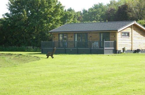 Last Minute Cottages - Grange Farm Park - Lake View 2 S99393