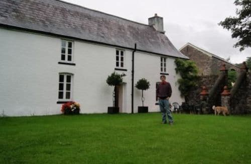 Last Minute Cottages - Craig Y Nos Farmhouse S99492