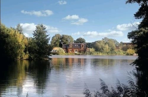 Last Minute Cottages - Waters Reach & Lakeland Lodge   Water's Reach S99709