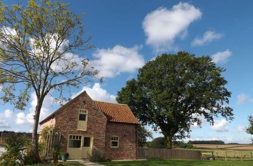 Last Minute Cottages - Courtyard