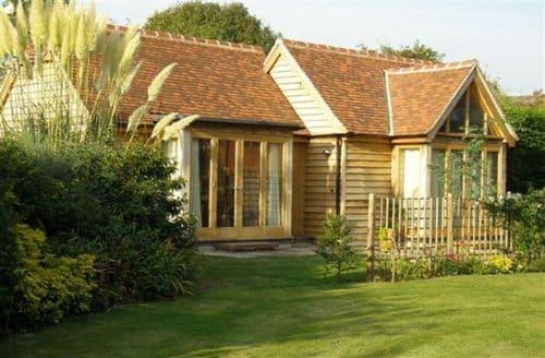 Last Minute Cottages - Goodwood Oak Lodge   Oak House S100608