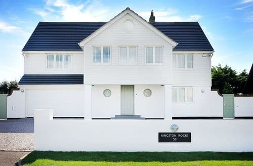Last Minute Cottages - Rocks Beach House S100759