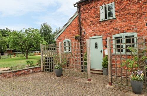 Last Minute Cottages - Quaint Brereton Green Cottage S102933