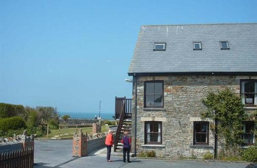 Last Minute Cottages - Delightful Broad Haven Apartment S71798