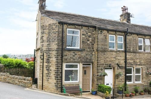 Last Minute Cottages - Cosy Holmfirth Cottage S104421