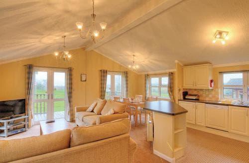 Last Minute Cottages - Lovely Dobwalls Lodge S106317