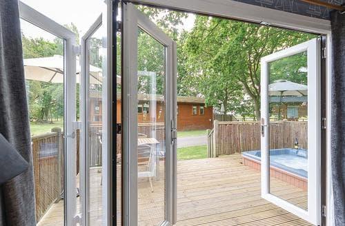 Last Minute Cottages - Attractive Cotswolds Lodge S107203