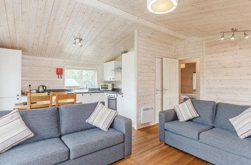Last Minute Cottages - Cosy Ashbourne Lodge S107441