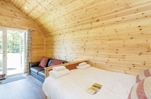 Last Minute Cottages - Cosy Hawes Lodge S108248