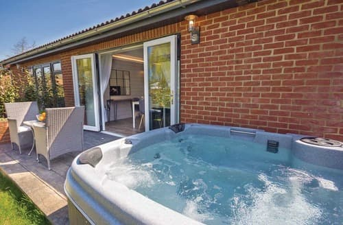 Last Minute Cottages - Quaint Rookley Village Lodge S108581