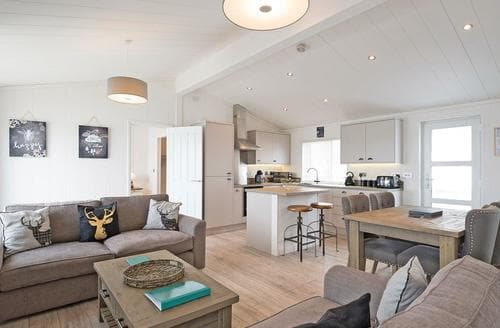 Last Minute Cottages - Beautiful Raywell Lodge S108690