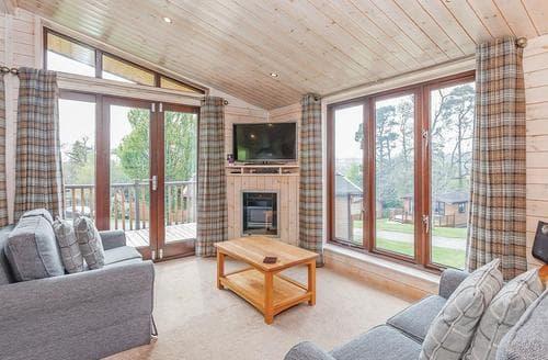 Last Minute Cottages - Wonderful Ashbourne Lodge S110119