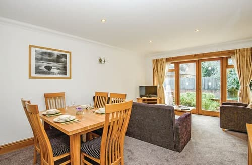Last Minute Cottages - Beautiful Rookley Village Lodge S112136