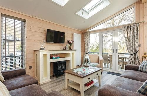 Last Minute Cottages - Inviting Wootton Bridge Lodge S120711