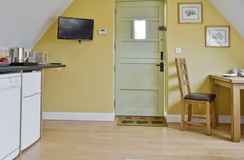 Last Minute Cottages - Quaint Bourton On The Water Apartment S27011