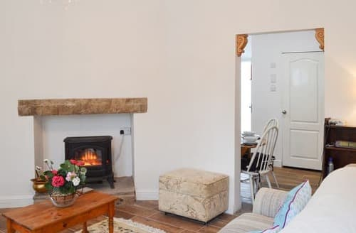 Last Minute Cottages - Cosy Buxton Cottage S81821