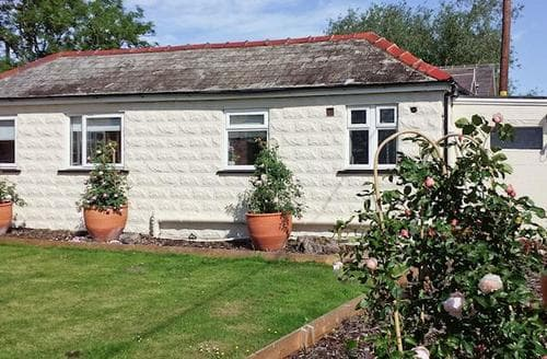 Last Minute Cottages - Cosy Chester Lodge S44017
