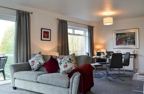 Last Minute Cottages - Lovely Bowness On Windermere Apartment S50211