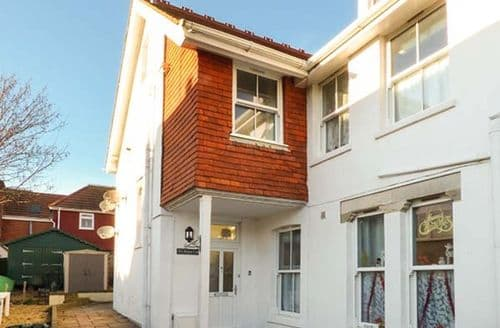 Last Minute Cottages - Cosy Totland Apartment S73030
