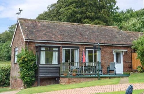 Last Minute Cottages - Cosy Throwley Cottage S69847