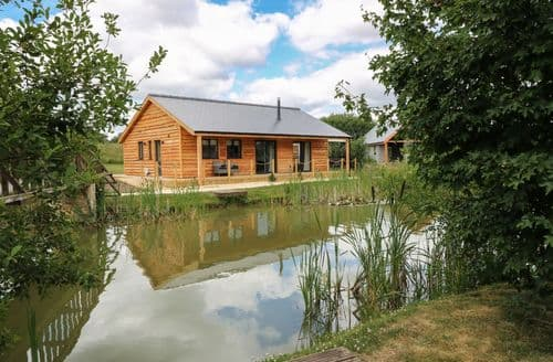 Last Minute Cottages - Cosy Thorpe On The Hill Lodge S83817