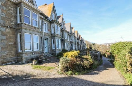 Last Minute Cottages - Luxury Newlyn Apartment S82079