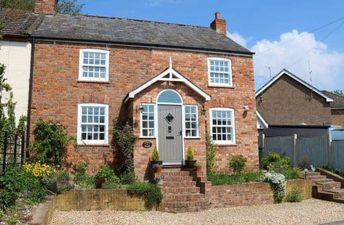 Last Minute Cottages - Cosy Swaby Cottage S97589