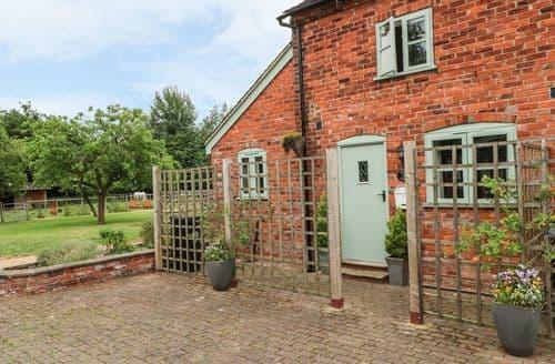 Last Minute Cottages - Quaint Brereton Green Cottage S102932