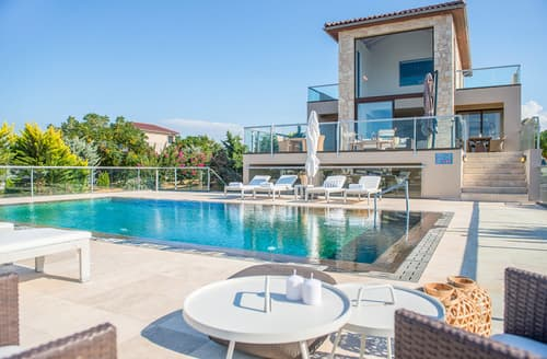 Last Minute Cottages - Sea View Villas