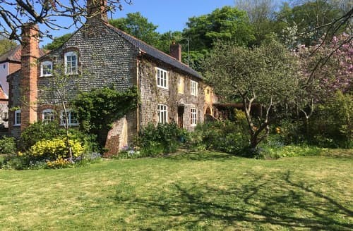 Last Minute Cottages - Hillside