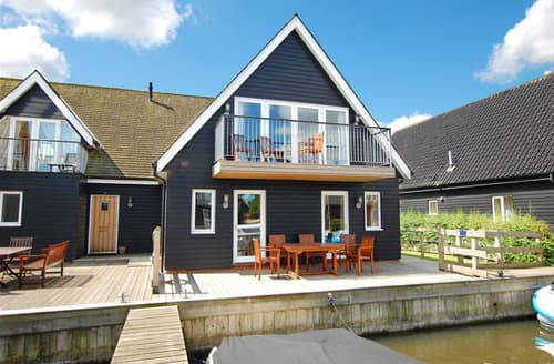 Last Minute Cottages - Cosy Horning Lodge S76002